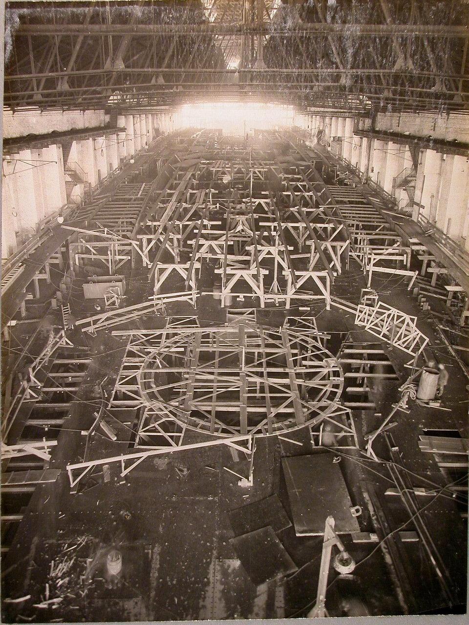 22. Вид участка работ во время настилки средней палубы и набора верхней палубы строящегося линейного корабля «Полтава». 4 апреля 1911 г.