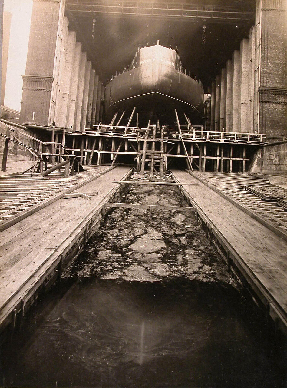 28. Вид кормовой части строящегося линейного корабля «Полтава» и спускового фундамента. 22 июня 1911 г.