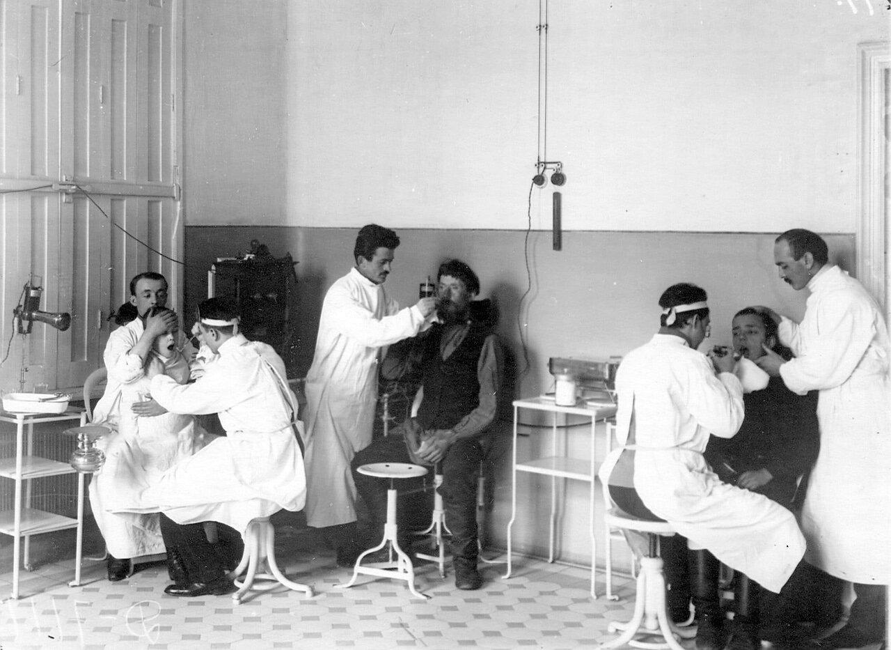 106. Слушатели старших курсов принимают больных в кабинете оториноларингологической клинике академии
