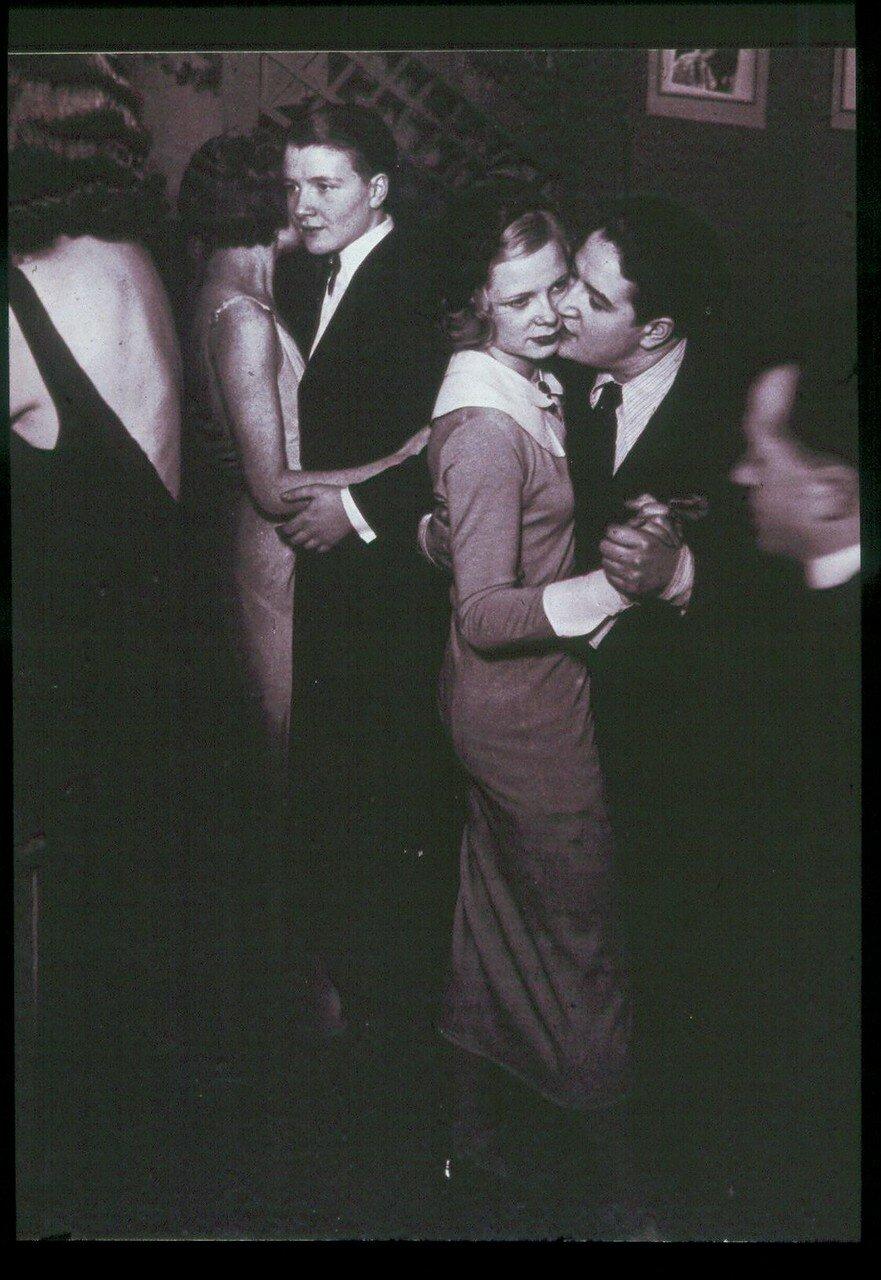 1932. «Монокль», клуб для лесбиянок. Танцы в  заведении на бульваре Эдгара Кине, Монпарнас