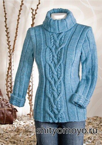 Голубой свитер с косами,