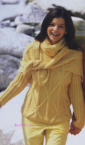 Вязаный женский свитер и вязаный платок спицами цвета мимозы.