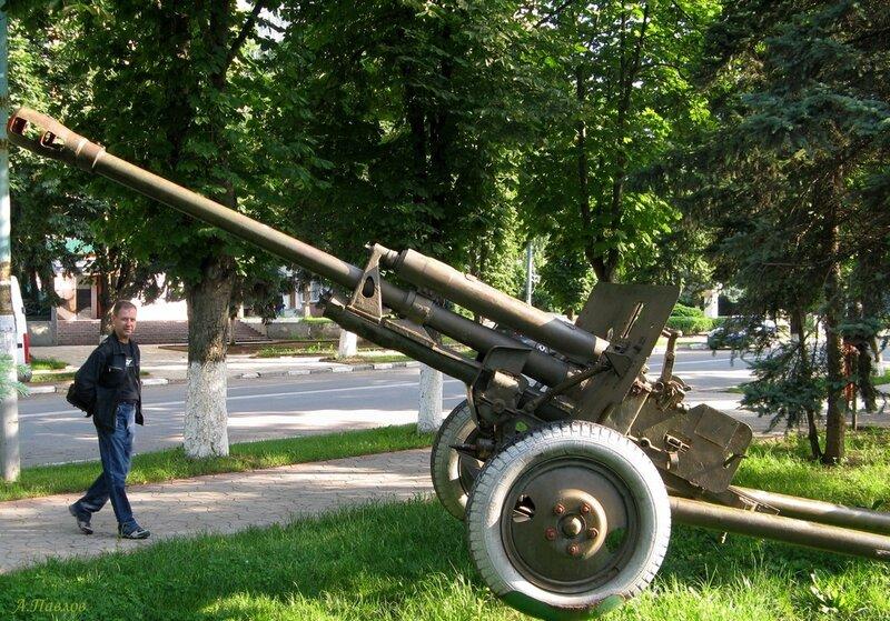 Унгены - мемориал (пушка).JPG