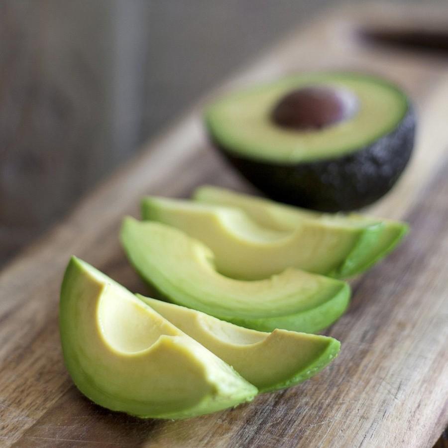 3. Авокадо Неприглядный с виду, этот мягкий плод удивительно богат белком и клетчаткой: авокадо сред