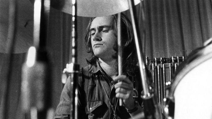 Фил Коллинз играет на барабанах, 1970-е.