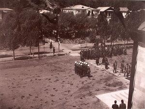 Военные с полковыми знаменами и штандартами направляются в Александро-Невскую церковь.