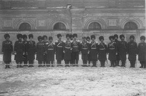 Группа офицеров и казаков 1-ой Уральской его величества казачьей сотни у здания казармы.