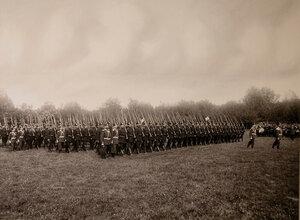 Четвертый батальон полка проходит церемониальным маршем во время парада.