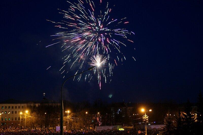 Фейерверк в честь Дня Победы 9 мая 2014 г. на Театральной площади в Кирове