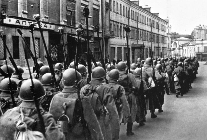 2.Колонна бронебойщиков следует по московской улице.jpg