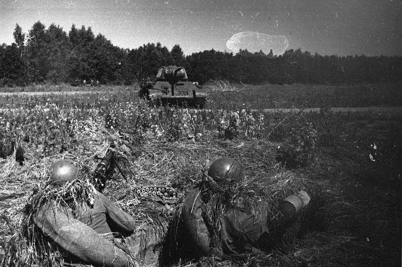 8.Обкатка танком расчета ПТР.jpg