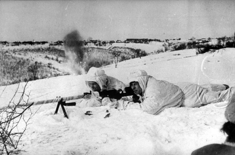 17.Сов. бронебойщики ведут бой зимой 1942 года. Битва за Москву.jpg
