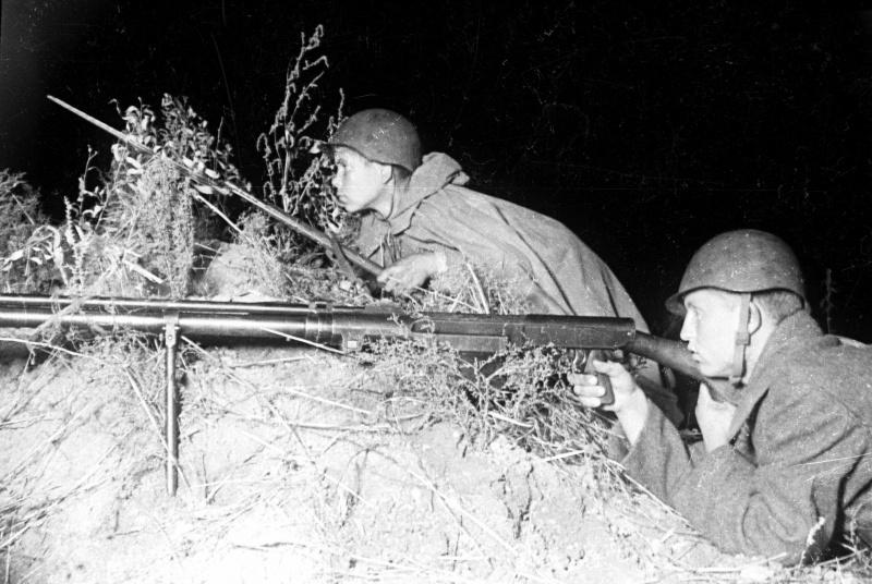 23.Расчет советского противотанкового ружья ПТРС-41.jpg