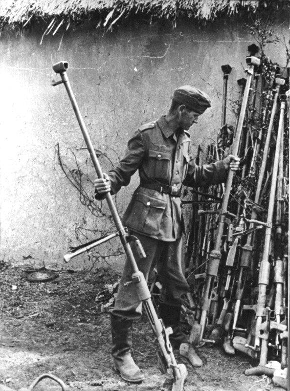 27.Нем. солдат осматривает трофейные противотанковые ружья ПТРД-41. 07-08.43.jpg