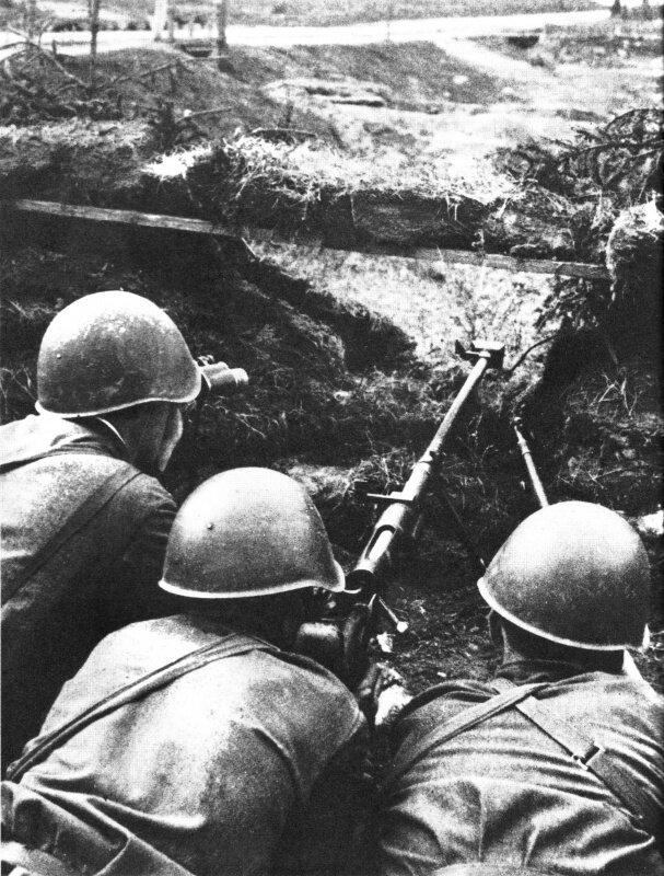 35.Расчет противотанкового ружья ПТРД-41 в ожидании противника.jpg