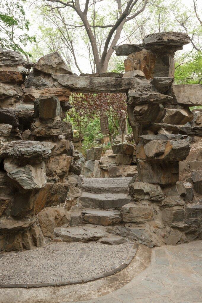 Проход в скале, резиденция князя Гуна, Пекин, Гунванфу