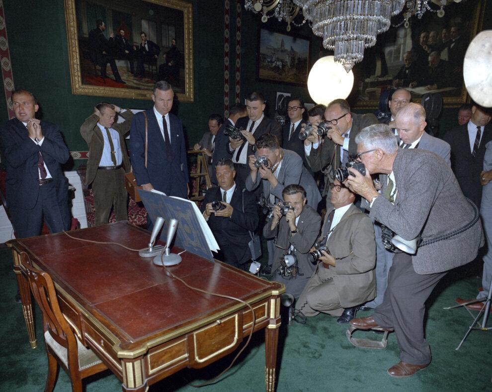 момент подписания Президентом Договора о всеобщем запрещении испытаний ядерного оружия в Зале для переговоров 7 октября 1963 г.