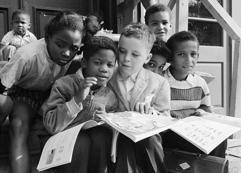 Билли Стэнли,единственный 8-летний белый ученик в школе святого Филиппа Апостола в Олбани, штат Нью-Йорк, 1961