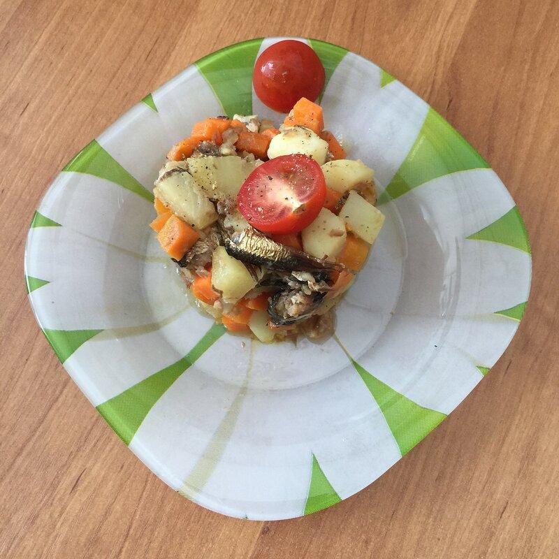 Салат со шпротами и ананасом
