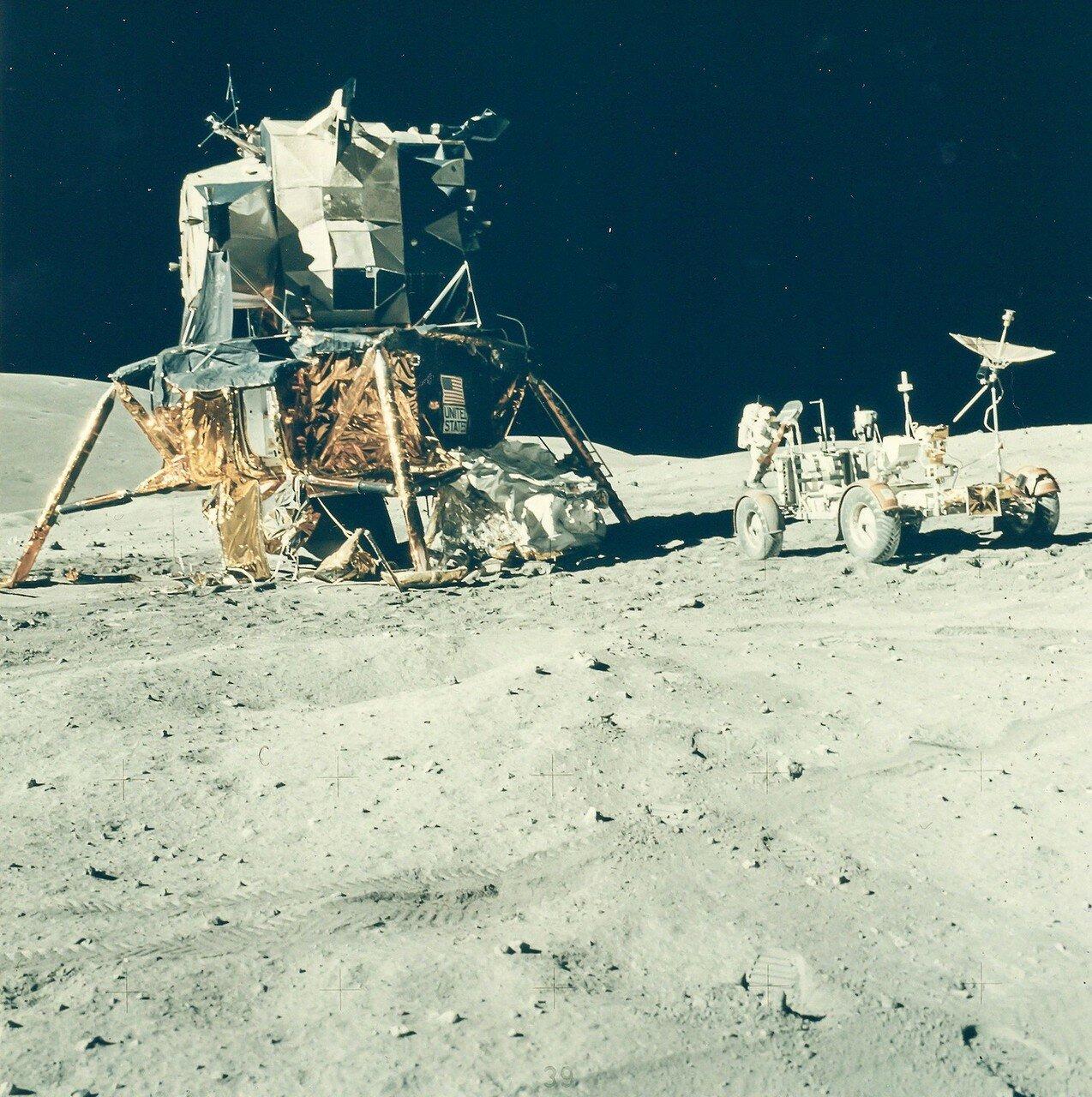 Первоочередной задачей астронавтов была выгрузка «Лунного Ровера». Всё прошло нормально. На снимке: Джон Янг возле Ровера на стоянке рядом с ЛМ