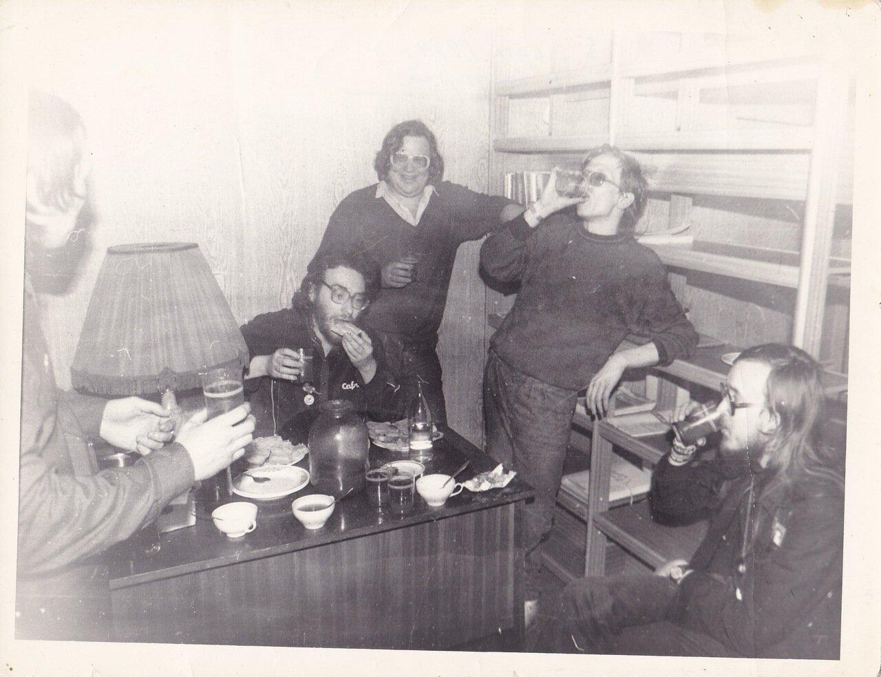 1990. С Летовым после концерта в Ангарске. Андрей Семенов, Фил, Виктор Малеванный, Летов