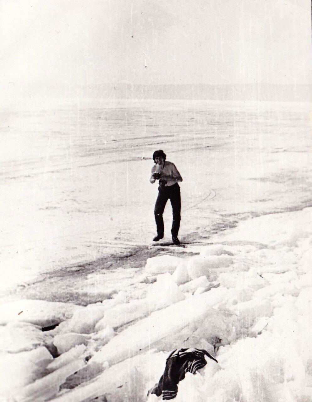1989. март. На Байкале. Валера Рожков во льдах