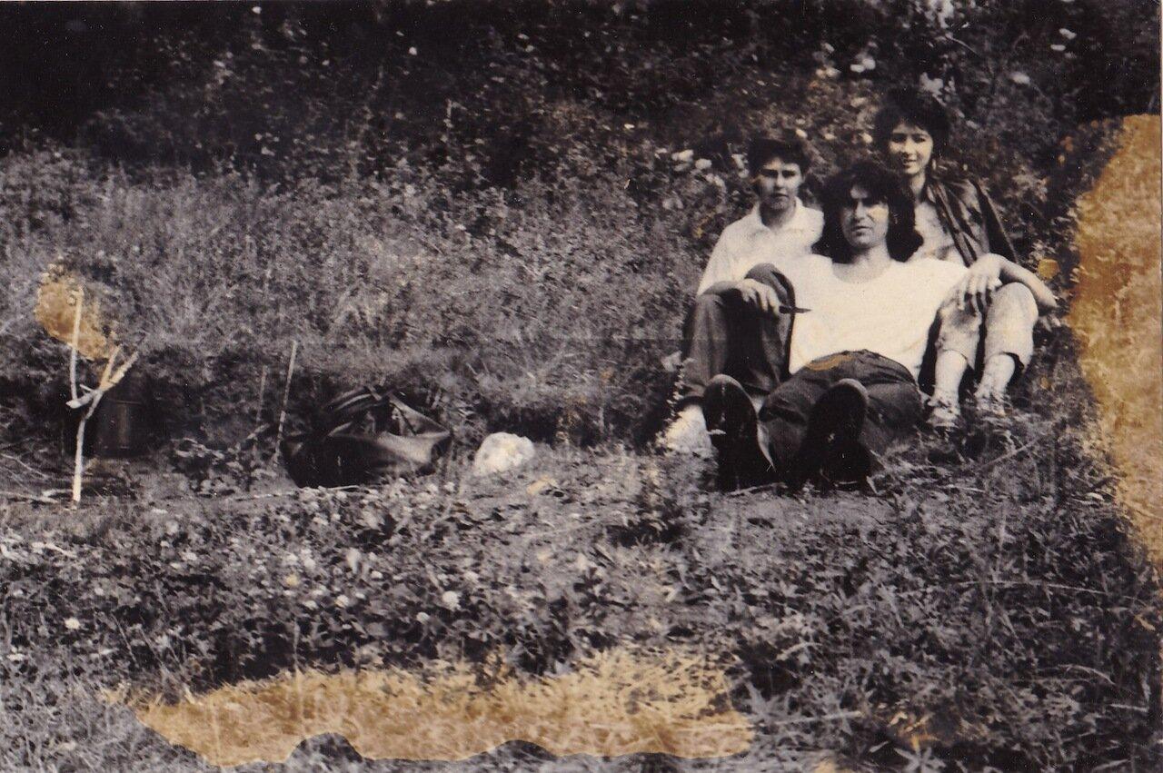 1990. Валера Рожков с Ритой и Леной Орининской