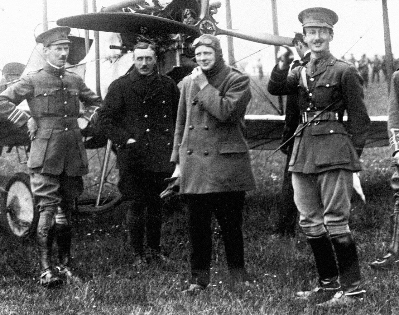 1914. Уинстон Черчилль, первый лорд адмиралтейства прибыл в Портсмут совершив двадцатиминутный полет на самолете, пилотируемом майором Джеррардом. Апрель
