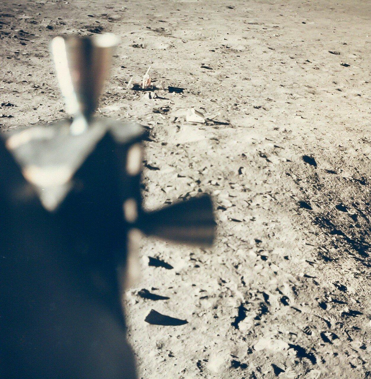 Олдрин увидел в свой иллюминатор, как под воздействием реактивной струи полетели в разные стороны мелкие куски теплоизоляции посадочной ступени. На снимке: Вид лунной поверхности