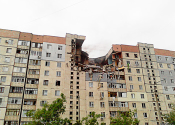 В Николаеве взрывом разрушило часть верхних этажей жилой многоэтажки