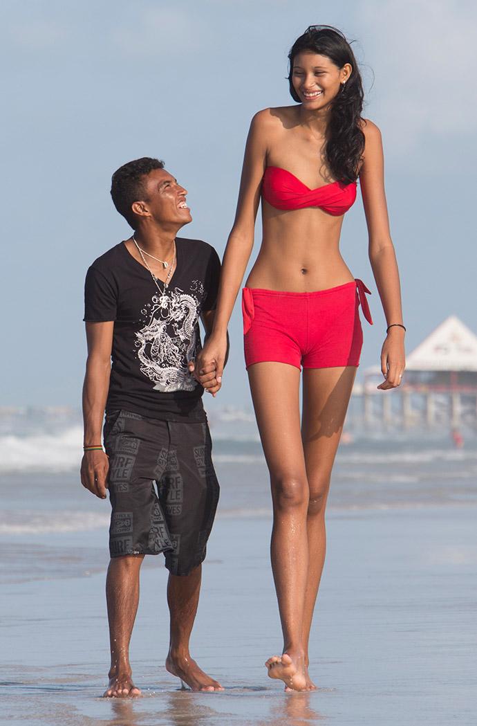 Высокая девушка и два парня фото 177-614