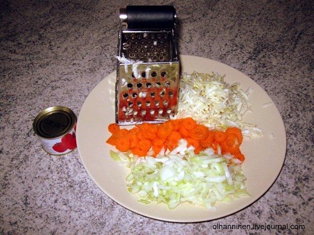 Еще 1 морковь, 1 луковицу и 50 гр. корня сельдерея нам нужны для заправки