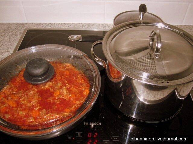 Добавляем в бульон морковную и свекольную заправки