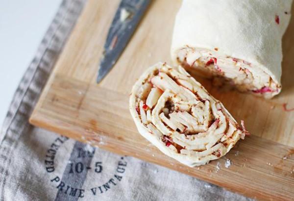 Простой вкусный рецепт: яблочные рулеты с творогом и миндалем