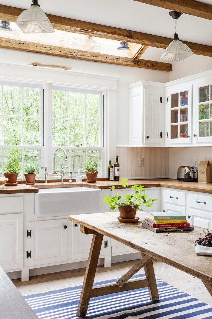 2. Кухня из натурального дерева в квартире — это хорошо, но в своем доме — еще лучше. А если потолки