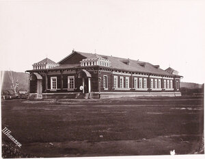 Вид здания военной казармы.