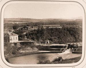 Вид на Рижскую плотину;слева-здание казармы(часть крыши которой снесена бурями в мае-июне 1865 г.)