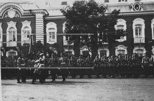 Вынос знамени на параде в честь полкового праздника.