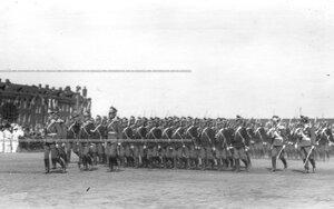 Церемониальный марш полка в пешем строю во время смотра полка.
