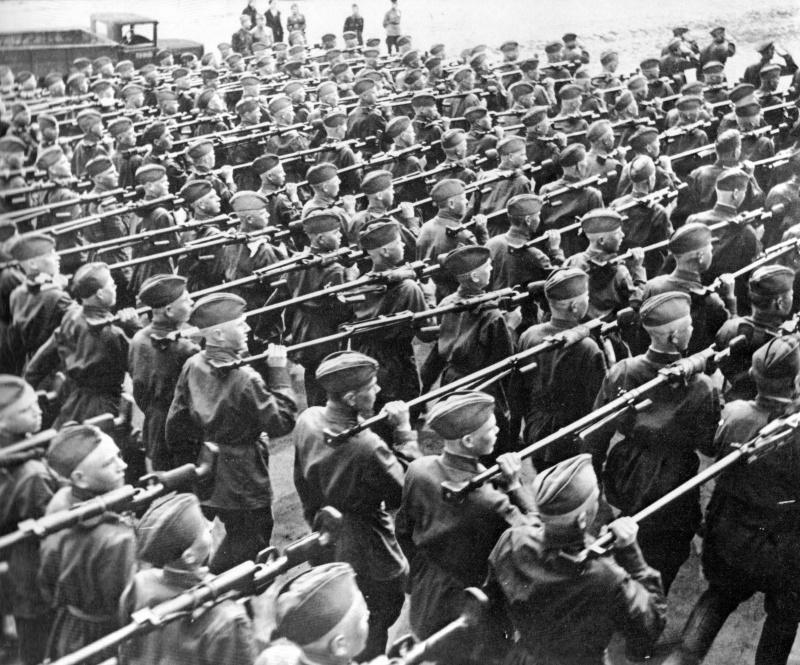1.Советские солдаты-бронебойщики на параде в Москве. 1941.jpg