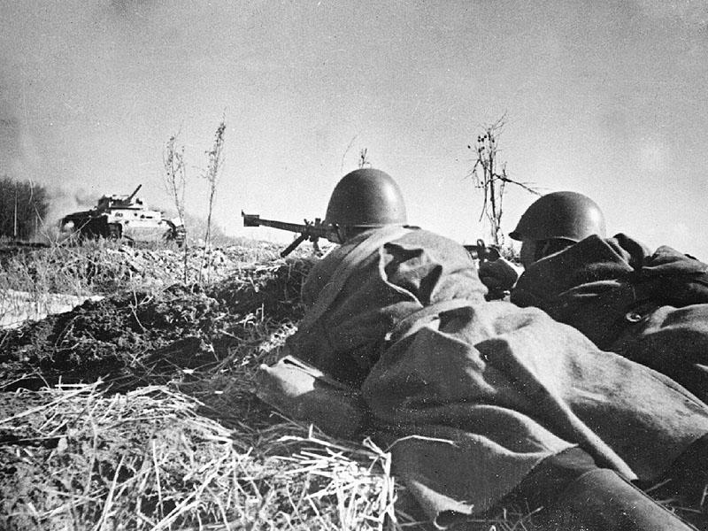 22.Расчет противотанкового ружья ведет бой.jpg