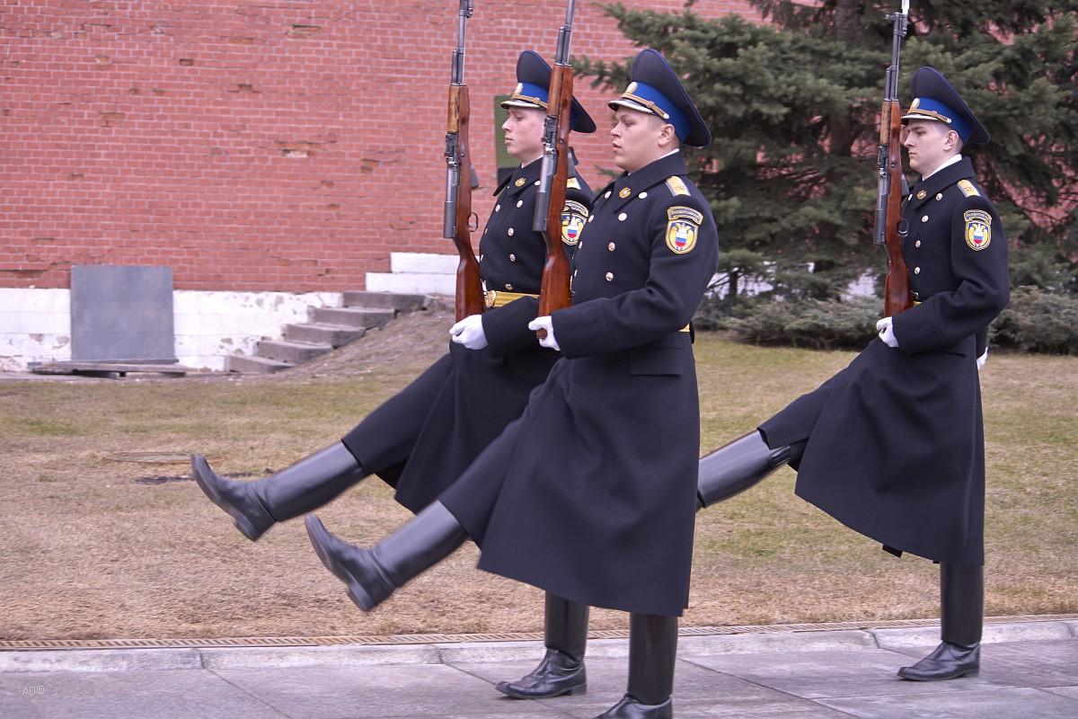 Смена караула у Вечного Огня у стен Московского Кремля