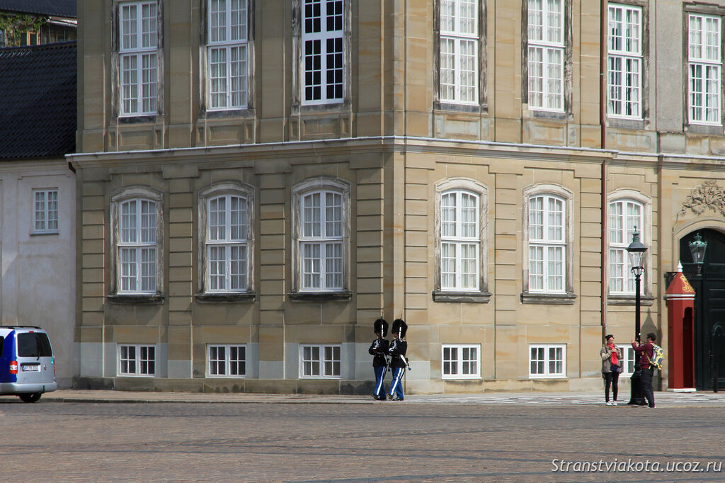 Смена караула у Королевского Дворца Амалиенборг в Копенгагене