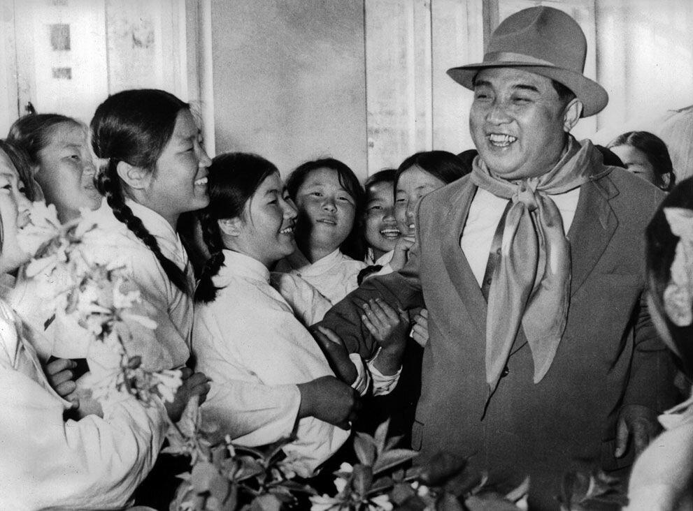Ким Ир Сен вместе с детьми-сиротами