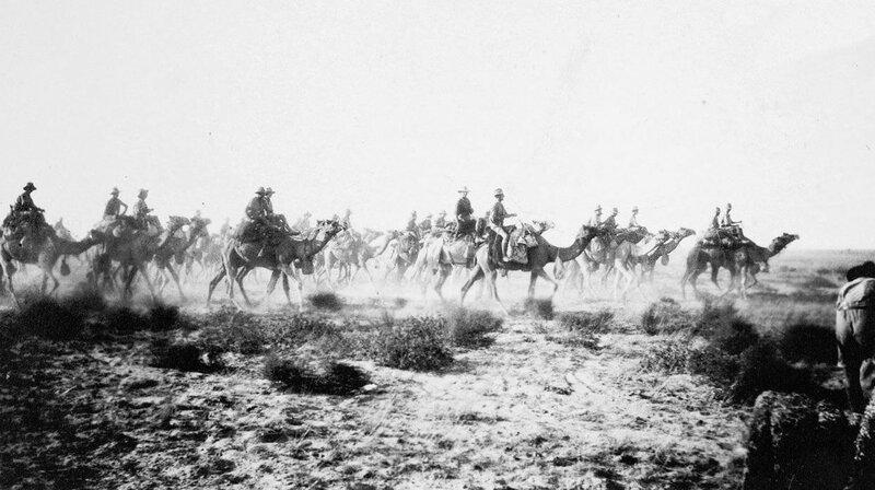Австралийская верблюжья кавалерия в районе города Беэр-Шева; 1917-й год.jpg