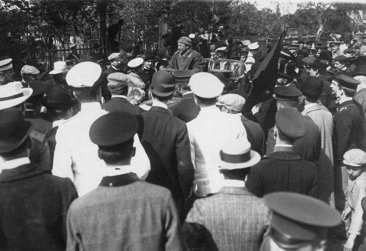 Публика встречает автомобиль, первым пришедший к финишу