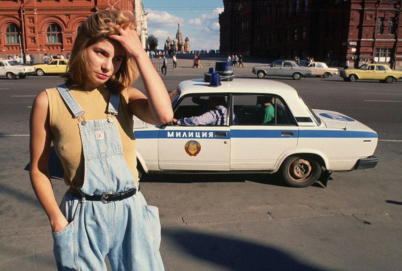 1991. Москва. 18-летняя проститутка Катя курсирует по улицам Москвы в поисках клиентов, а мимо нее проезжает милицейская машина