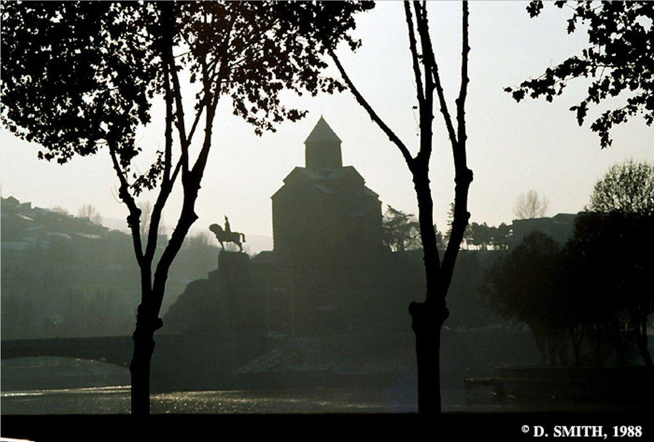 Тбилиси. Вид церкви Метехи и статуи царя Вахтанга I Горгасали на закате