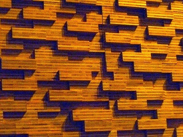 Это деревянная обшивка зала, вызывающая акустический эффект
