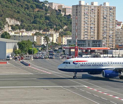 Go2life.net • Аэропорт Гибралтара - взлётную полосу пересекает дорога